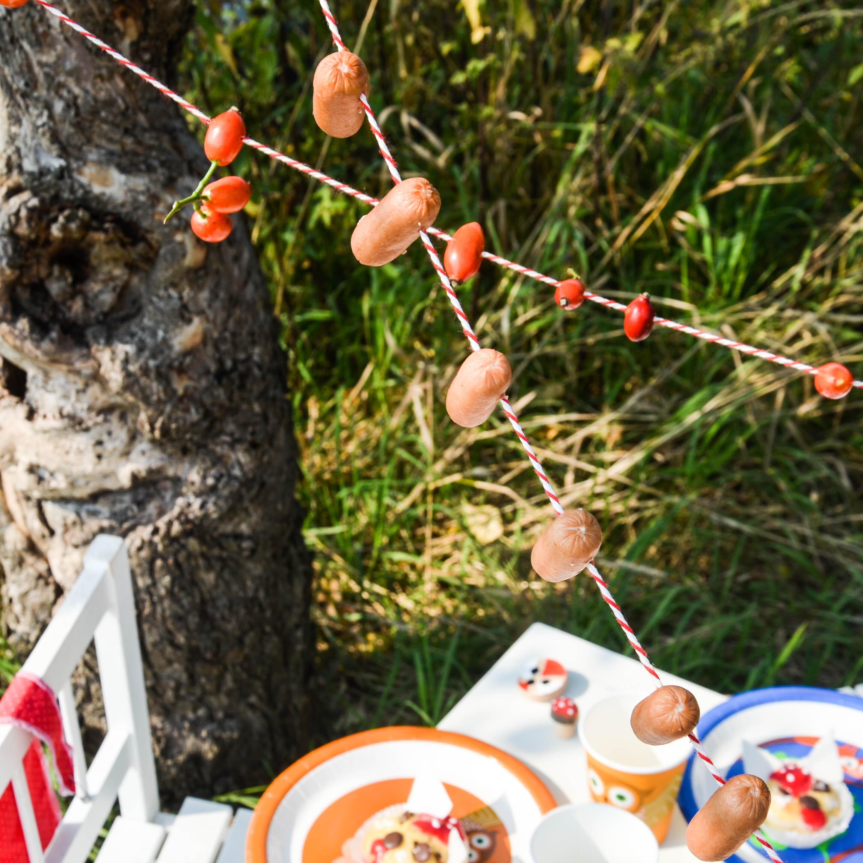 Wurstgirlande, Würstchen, Hagebutten
