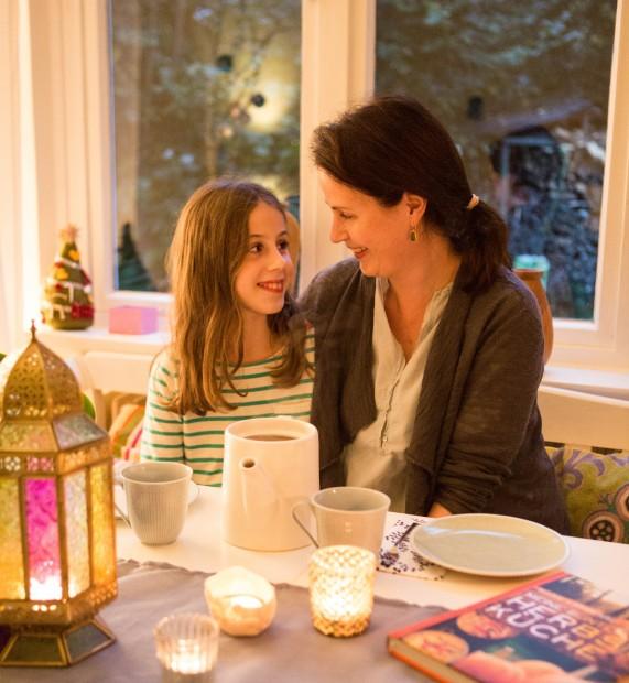 Mutter und Tochter, Kinderzimmer, Herbst