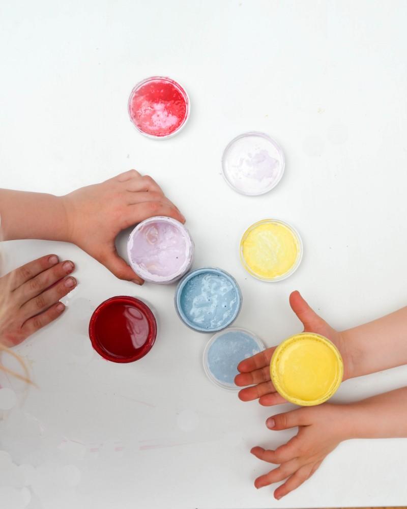 Mädchenfarben, Erziehung,