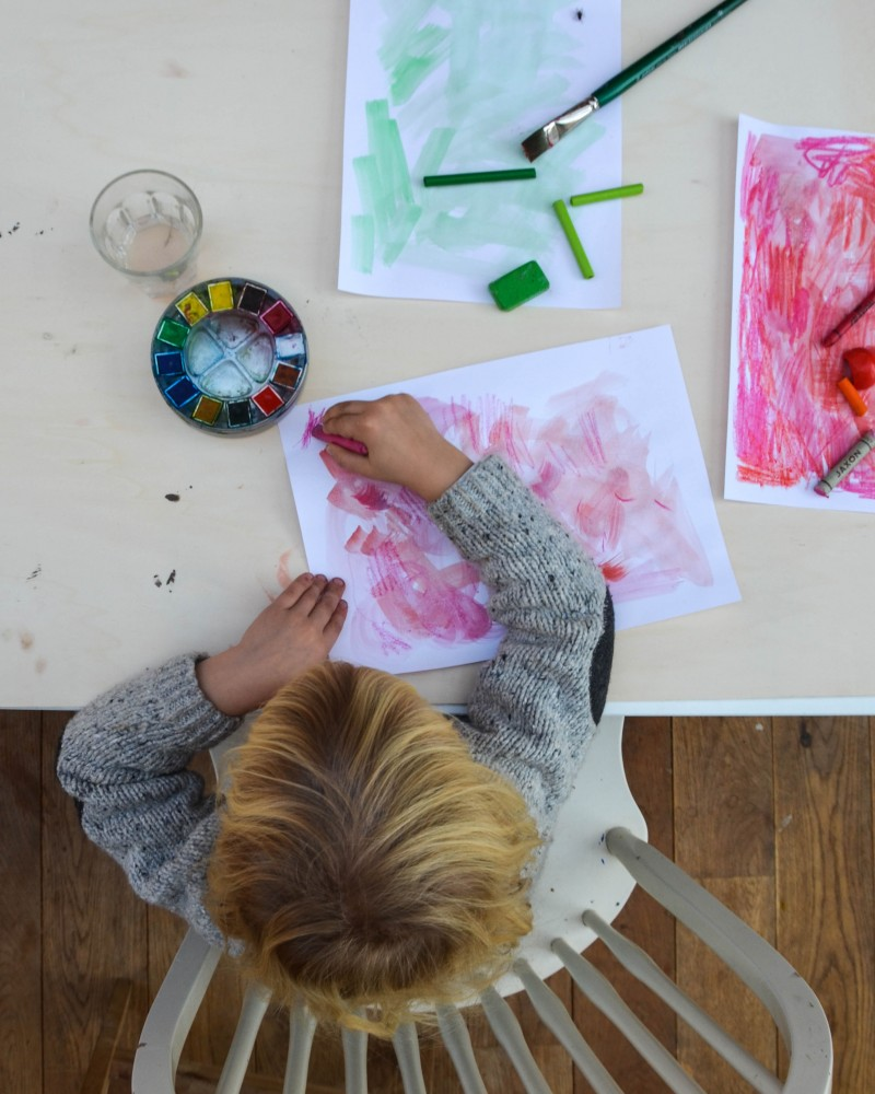 Weihnachtsgeschenke basteln, Adventskränze, Kinder malen