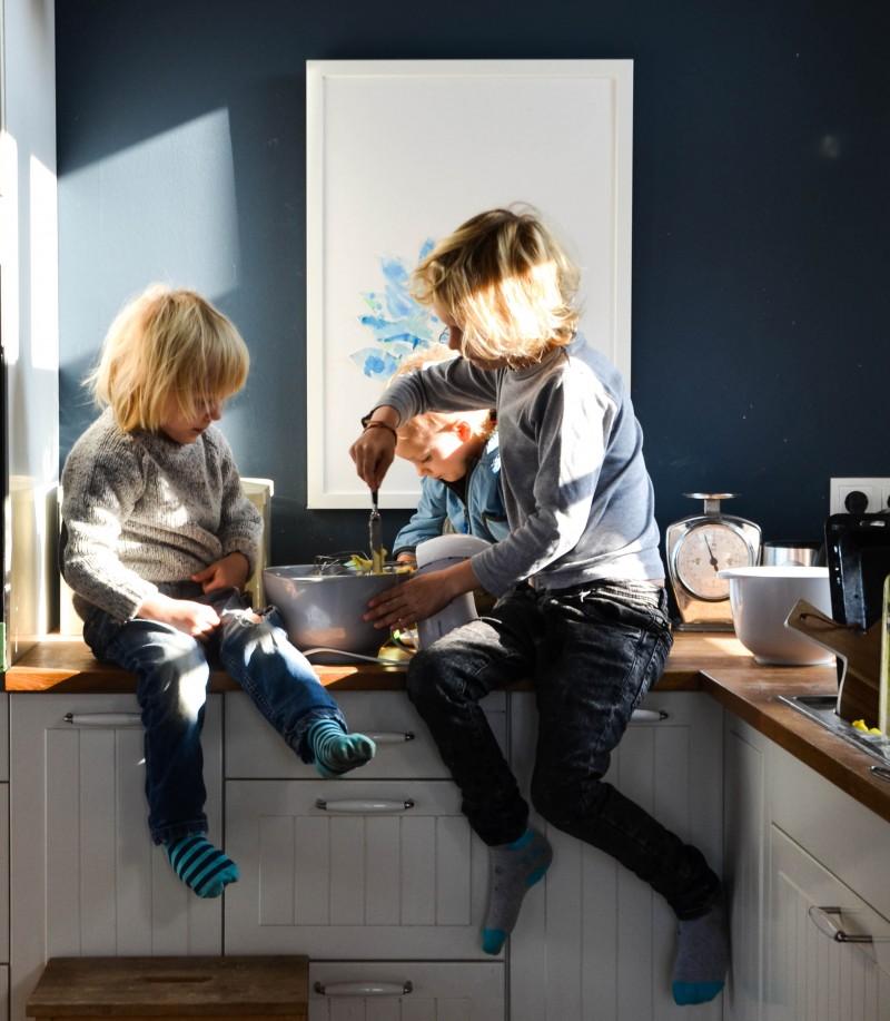 Kinder in der Küche. Hilf mir es selbst zu tun,