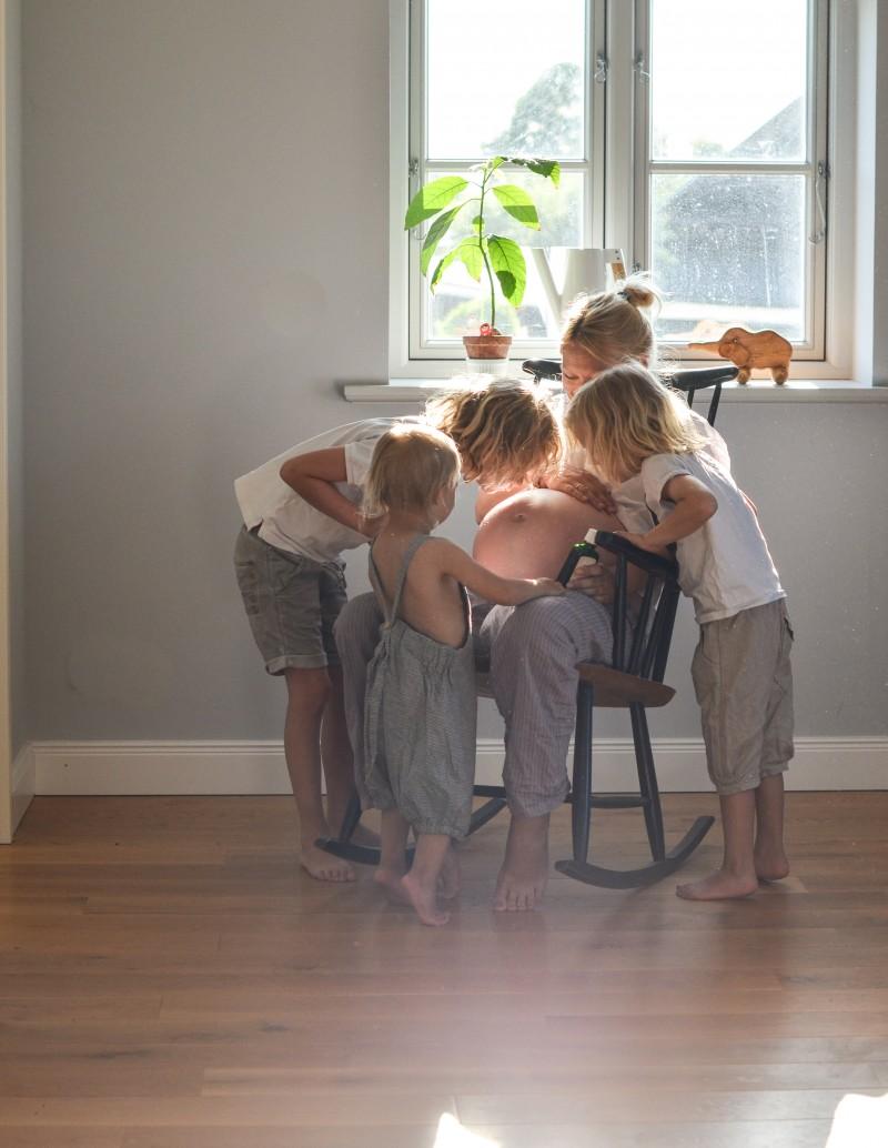 Mit Geschwistern Babybauch massieren, Bauchmassage, Schwangerschaftsöl