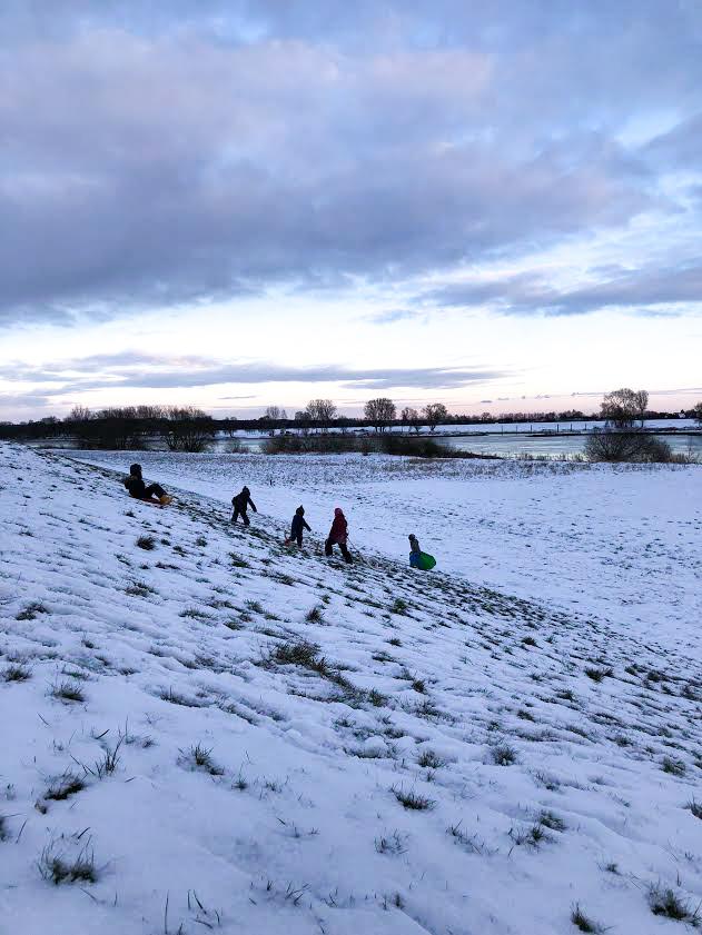 Deich, Schnee, Spaß mit Kindern im Schnee
